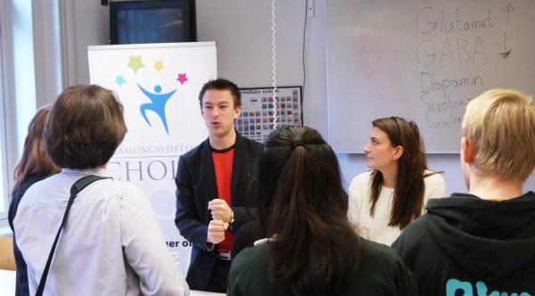Viktor och Filippa pratar med elever
